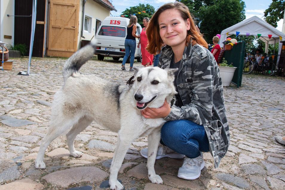 Jasmin Rösler gehört zur Jugendgruppe des Tierschutzvereins. Hier kümmert sich die 17-Jährige um Mischlingshündin Melanie, die schon ein halbes Jahr lang im Tierheim lebt.