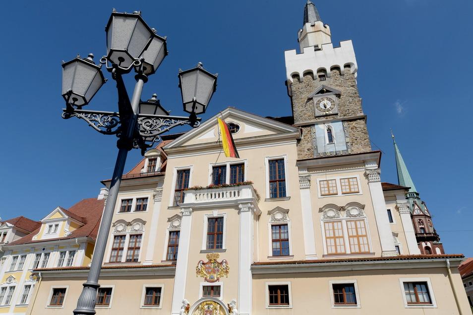 Wer zieht in Löbaus Rathaus ein? Der Wahlkampf läuft derzeit auch Hochtouren.