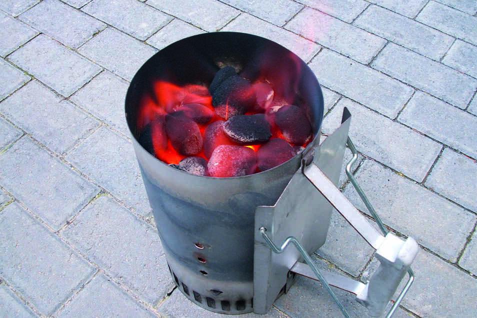 Verblüffend einfach: Grillbriketts glühen dank Kamineffekt zügig und gleichmäßig durch.