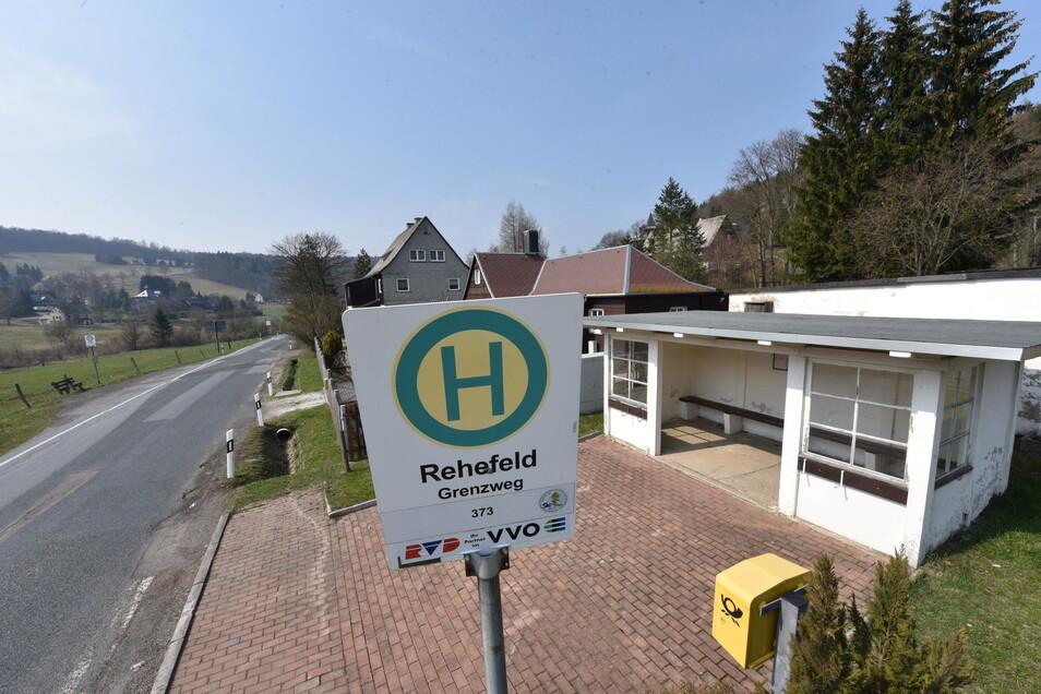 """Die Linie 373 steuert die Bushaltestelle """"Grenzweg"""" in Rehefeld ab Montag erst nach einem langen Umweg an."""