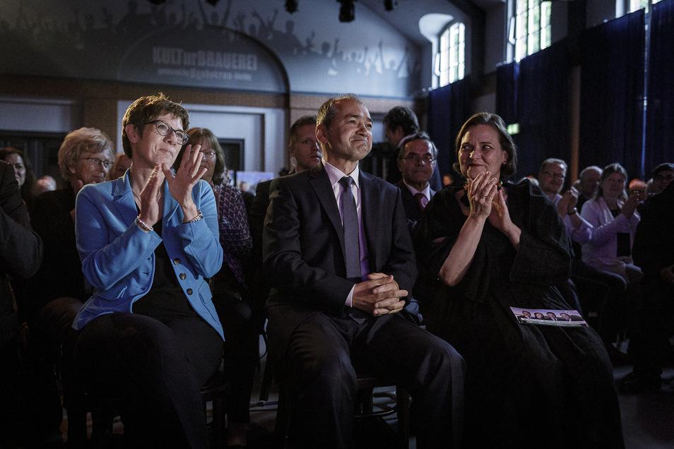 Annegret Kramp-Karrenbauer, Octavian Ursu und seine Ehefrau (v.l.n.r) bei der Europawahlkampfveranstaltung der CDU in der Kulturbrauerei.