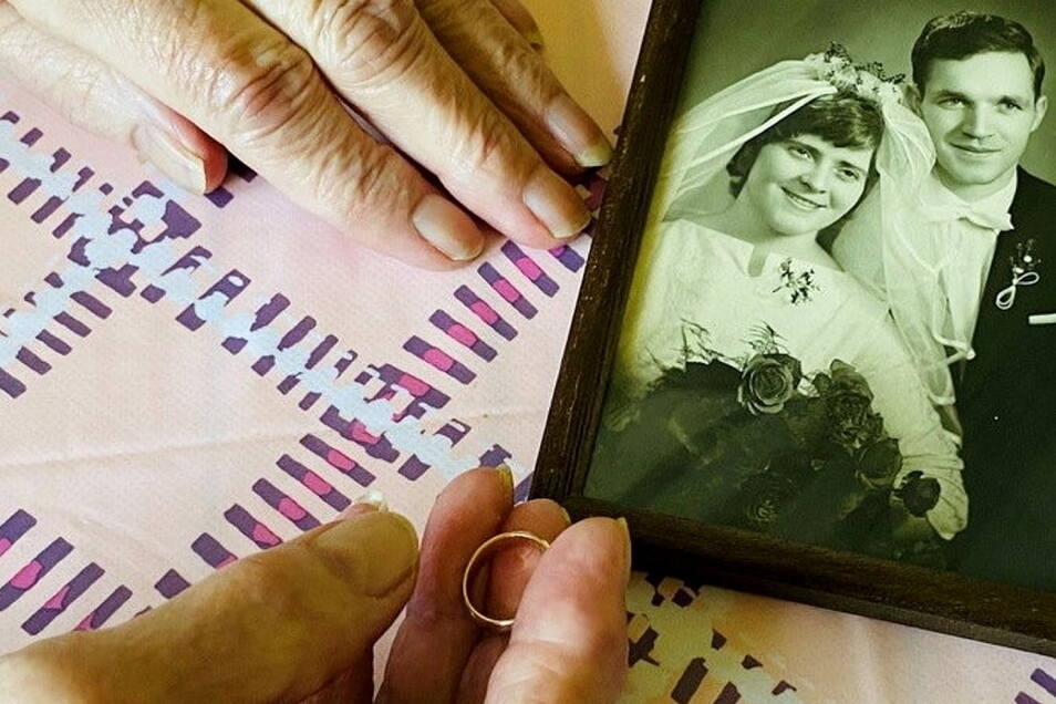Eine Essener Seniorin (79) hält ihren neuen Ehering in der Hand. Daneben ein Foto von ihr und ihrem Mann bei der Eheschließung 1963.