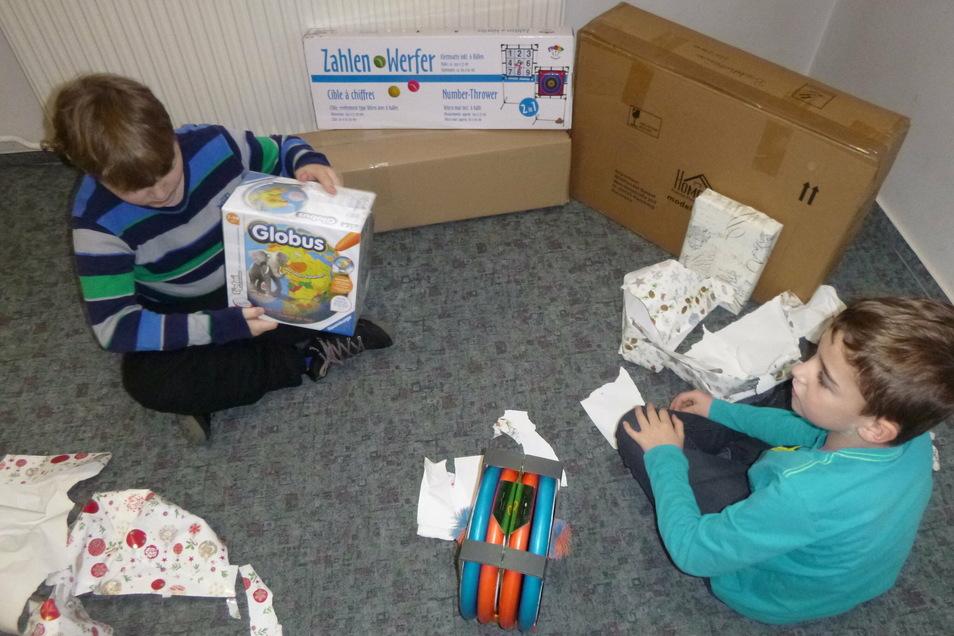 Finley und Leo von der Waldheimer Förderschule haben die Geschenke des Lions Clubs ausgepackt.