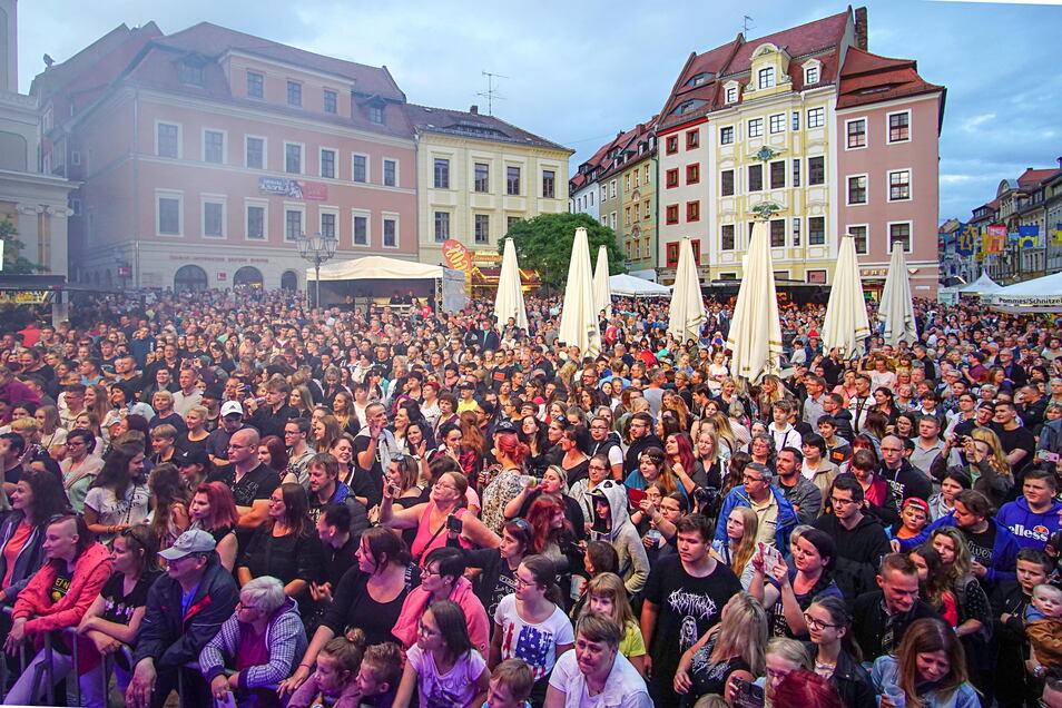 Dichtes Gedränge auf dem Hauptmarkt zum Auftakt des Bautzener Frühlings wie hier 2019 wird es in diesem Jahr nicht geben. Das Stadtfest ist abgesagt, aber das Altstadtfestival Ende August soll stattfinden.