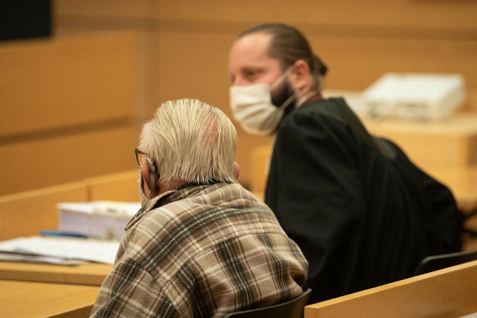 Der Angeklagte (l) sitzt neben seinem Anwalt Norman Jacob. Vor dem Landgericht Würzburg hat ein Prozess gegen einen 92-Jährigen begonnen, der seine kranke Ehefrau aus Mitleid getötet haben soll.