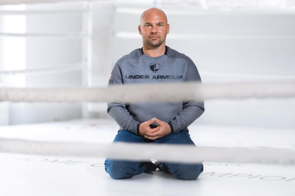 Ronny Schönig arbeitete sieben Jahre lang als Bundestrainer im Kick- und Thaiboxen. Der 44-jährige Geschäftsführer eines Fitnessstudios und Mentalcoach verbringt viel Zeit in Japan und China.