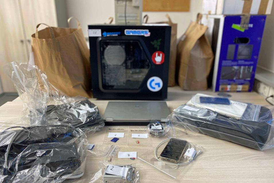 In den durchsuchten Objekten fanden die Beamten Speicher- und Computertechnik, die jetzt ausgewertet wird.
