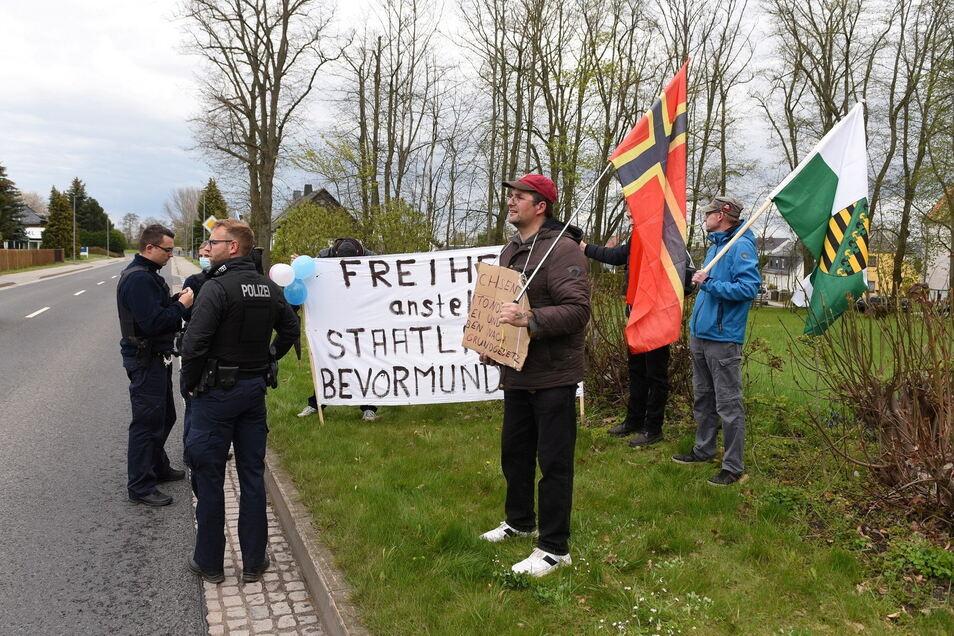 Torsten Lungwitz (vorn) mit Wirmer-Flagge ist Anmelder der Spontan-Demonsttation an der B175 in Hartha.