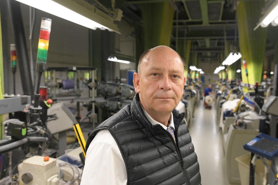 Damino-Geschäftsführer Dirk Ladenberger mit sorgenvollem Blick in der Weberei.