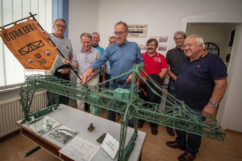 Nach mehr als 40 Jahren haben sich in Roßwein ehemalige Studierende getroffen. Erinnerungen ließen sie unter anderem im Museum des Hochschulstandortes aufleben.