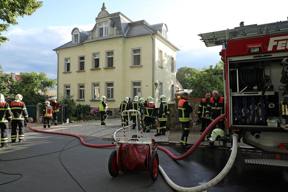 In der Reichsstraße in Radebeul-Ost mussten die Feuerwehrleute einen Kellerbrand löschen.