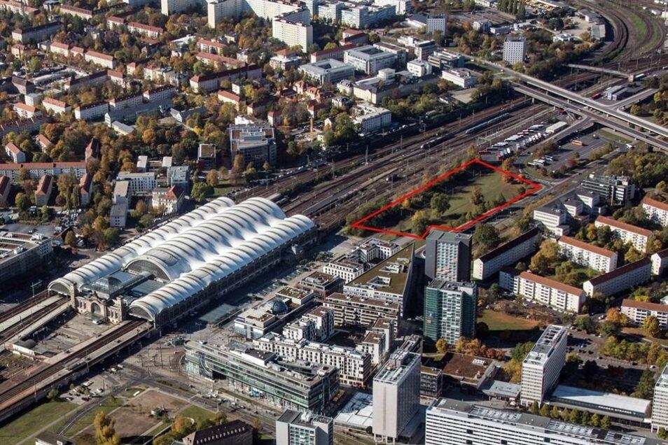 Auf der Fläche direkt am Bahnhof soll der Neubau entstehen. Investor Peter Simmel würde auch den Busbahnhof bauen. Die Visualisierung zeigt, wie der Neubau vom Zug aus aussehen würde. Foto: Jürgen-M. Schulter, Visualisierung: Simmel/Knerer und Lang