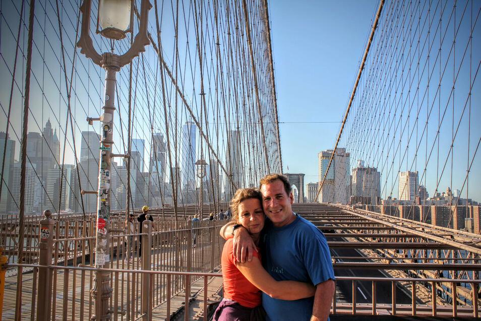 In der alten Heimat: Robert Reimann mit seiner Anna auf der New Yorker Brooklyn Bridge. Dahinter die Skyline von Manhattan.