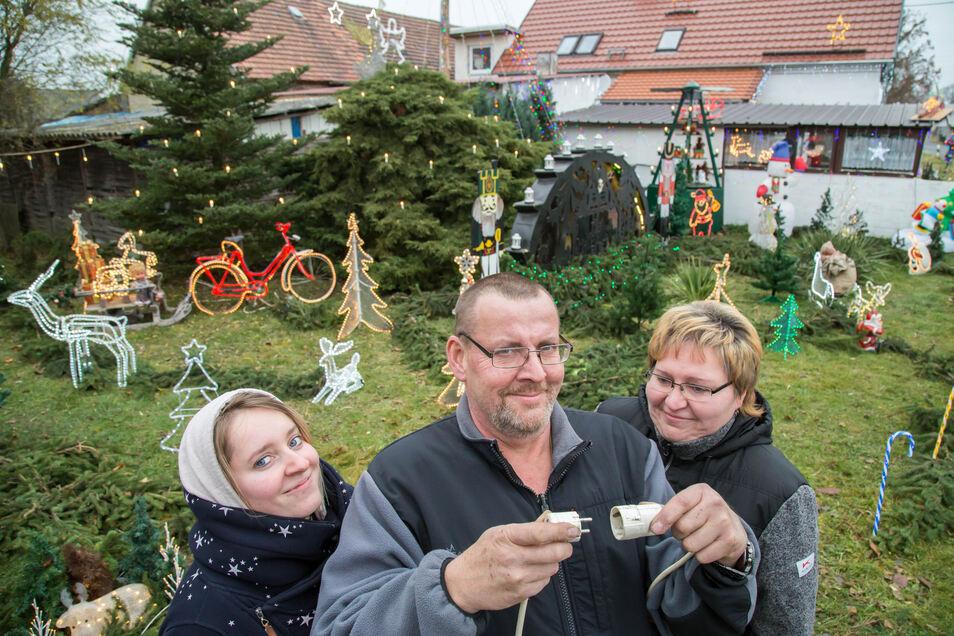 Wenn Michael Horschke Strom auf die Leitung gibt, leuchten Tausende Lichter am, vor und auf seinem Haus in Bremenhain. Zusammen mit Frau Gabriela und Tochter Maria lädt der Weihnachtsfan am Sonnabend zum schon dritten Lichterfest ein.