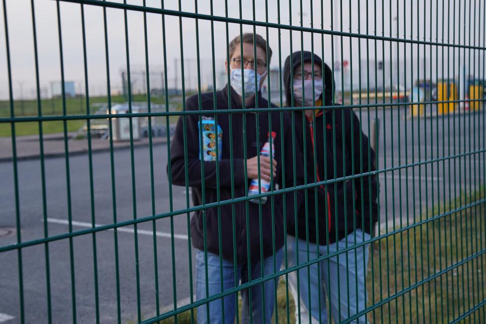 Weil nur zwei Personen pro Auto erlaubt waren, wurde eine Familie getrennt: Die Kinder durften den Film im Auto sehen, die Eltern mussten draußen vor dem Zaun zuschauen.