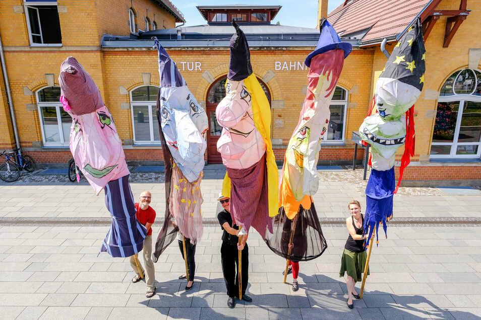 Auf Radebeuls Straßen sind die Puppen unterwegs - zur Kasperiade, Teil zwei.