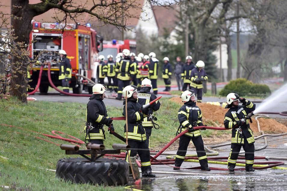 Großeinsatz bei einem Großbrand am Ostermontag im Großhennersdorfer Ortsteil Neundorf.