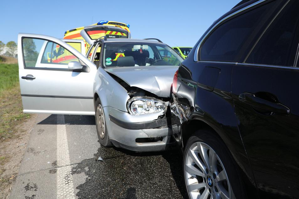 Bei dem Unfall wurde neben dem Golf und dem BMW auch noch ein Mercedes beschädigt.