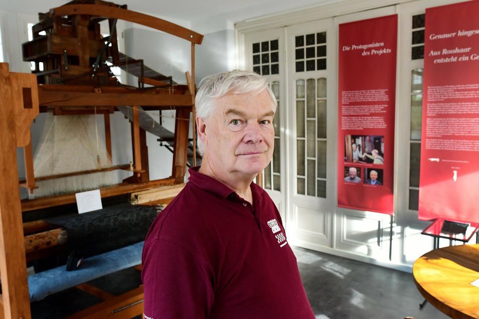 Wolfgang Winkler ist der Vorsitzende des Fördervereins des Deutschen Damast- und Frottiermuseums in Großschönau. Über das Museum oder die Touristinformation können Führungen ins Schaufenstermuseum vereinbart werden.