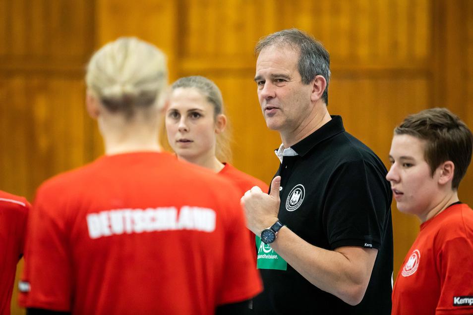 Bundestrainer Henk Groener spricht zu seinen Spielerinnen.