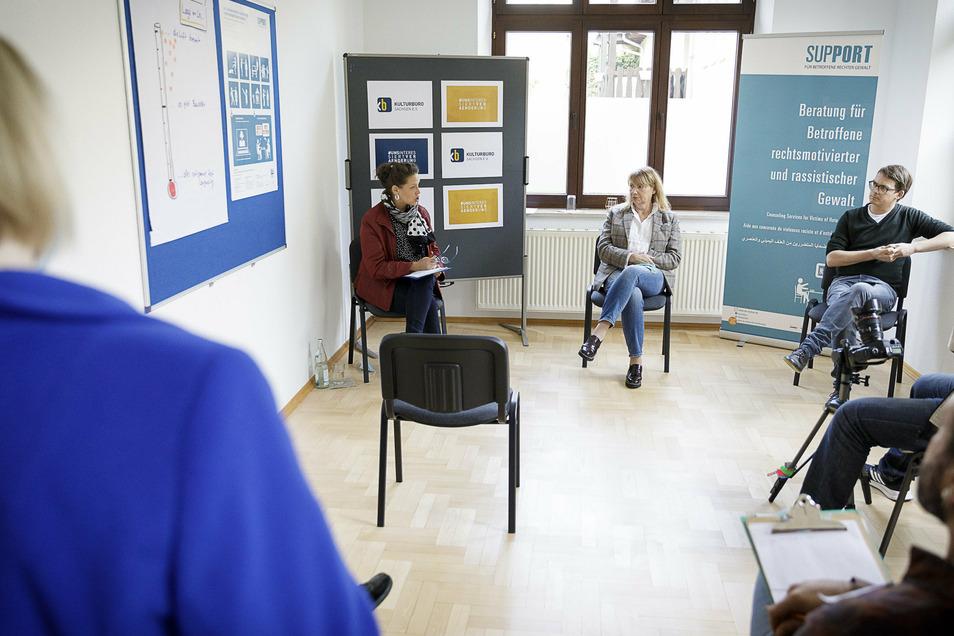 Die Geschäftsführerin des Vereins Kulturbüro Sachsen, Grit Hanneforth, Sachsens Sozialministerin Petra Köpping und der Geschäftsführer der Regionalen Arbeitsstellen für Bildung, Integration und Demokratie, Robert Kusche (v.l.) kamen in Görlitz zusammen.