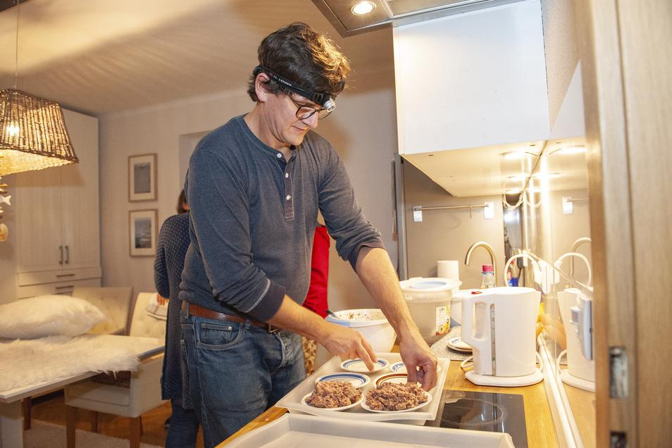 Frank Gommlich ist routiniert. Jeden Abend bereitet der 46-Jährige die Mahlzeit für die Igel zu.