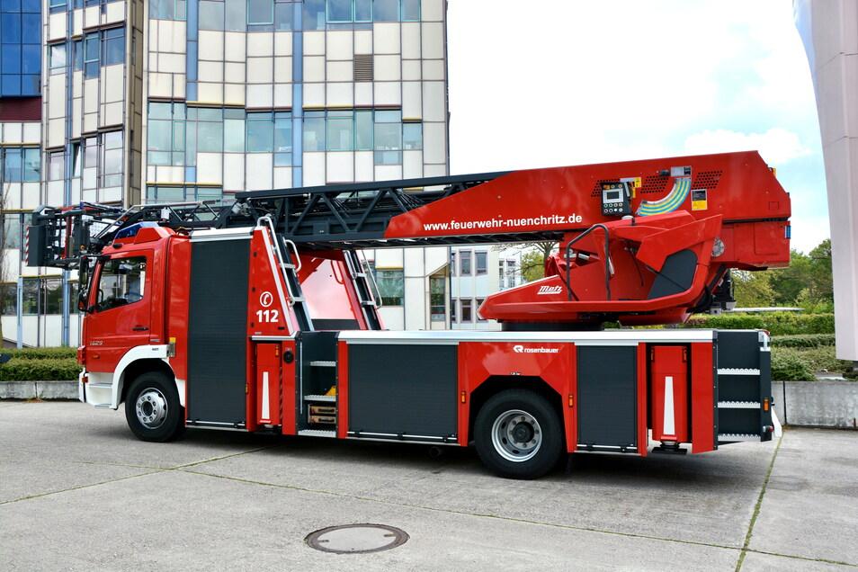 So werden die neuen Fahrzeuge für Radebeul, Riesa, Radeburg, Nossen und Königsbrück, ausgerüstet mit einer drehbaren Leiter, aussehen. Auf dem Foto wird das derzeit modernste Drehleiterfahrzeug im Landkreis Meißen gezeigt.