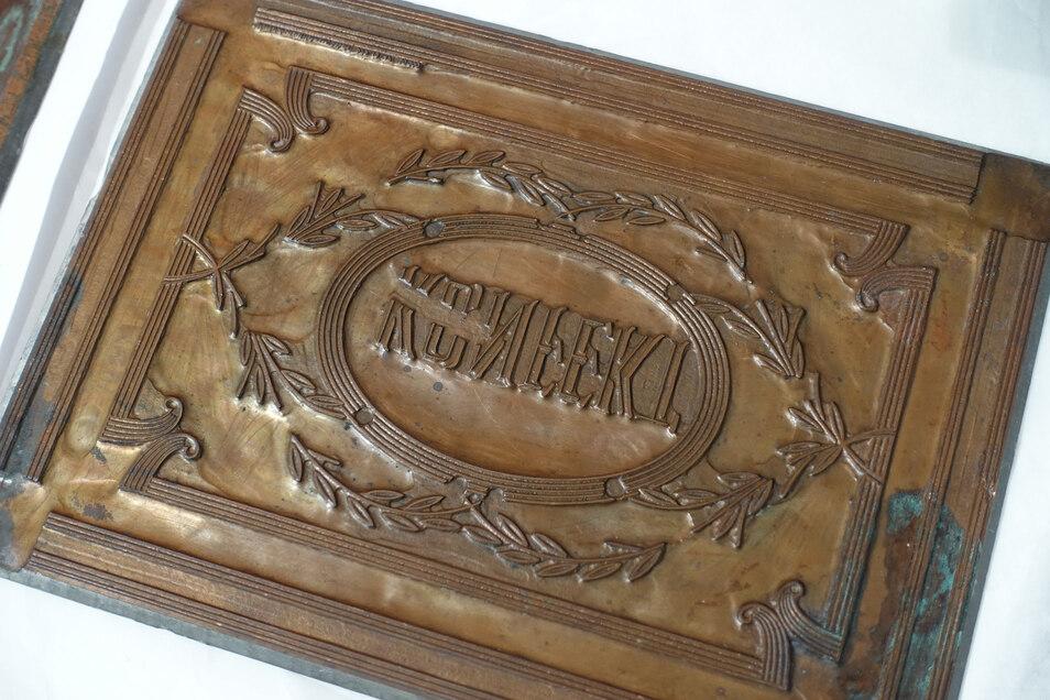 """""""Konfekt"""" steht auf dieser Matrize, die wohl aus der Firma Schönfeld von der Feldstraße in Döbeln stammt. Der genaue Verwendungszweck ist unklar. Auch über die Firma selbst ist nicht viel bekannt."""