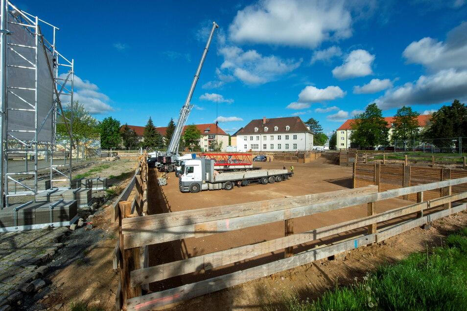 Mit fast vierwöchiger Verspätung wurde am Montag in Heidenau mit dem Aufbau des Krans begonnen. Die Probleme sind damit aber nicht aus der Welt geräumt.