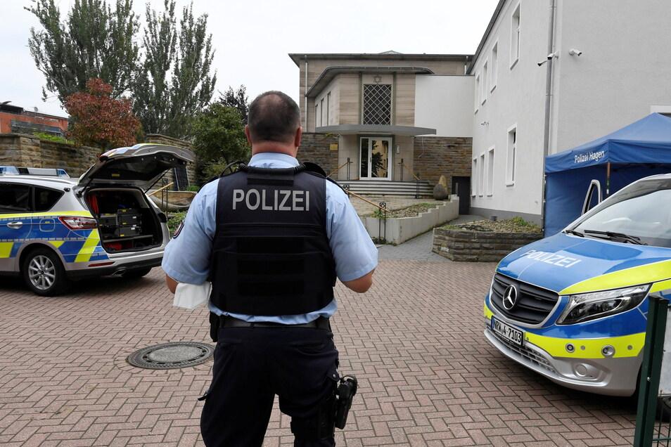 Polizisten bewachen die Synagoge in Hagen.