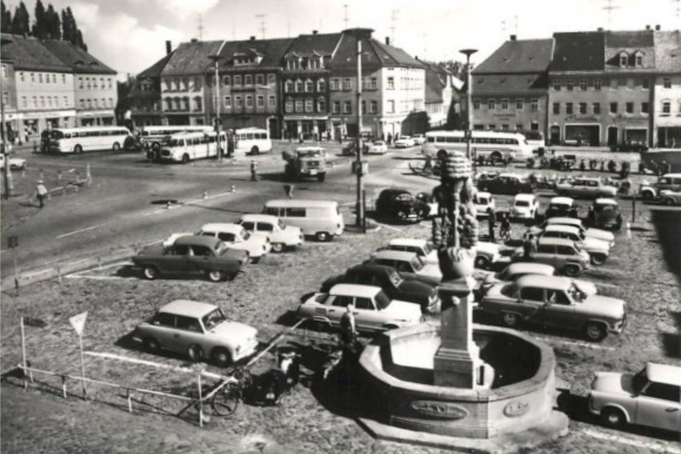 Wer hätte das gedacht? In den 1970er-Jahren hielten noch Busse mitten auf dem Altmarkt in Bischofswerda. Alte Stadtansichten wie diese stoßen im Internet gerade auf reges Interesse.