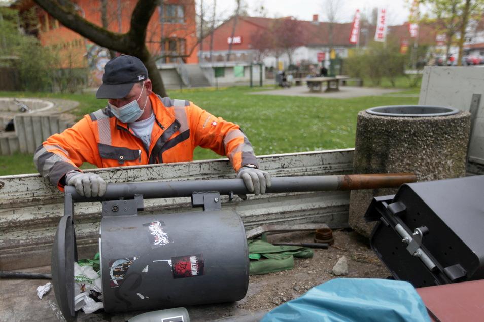 Vorerst ausgedient: Ein Mitarbeiter des Pirnaer Bauhofes verlädt in Copitz einen demontierten Abfallbehälter auf einen Transporter.