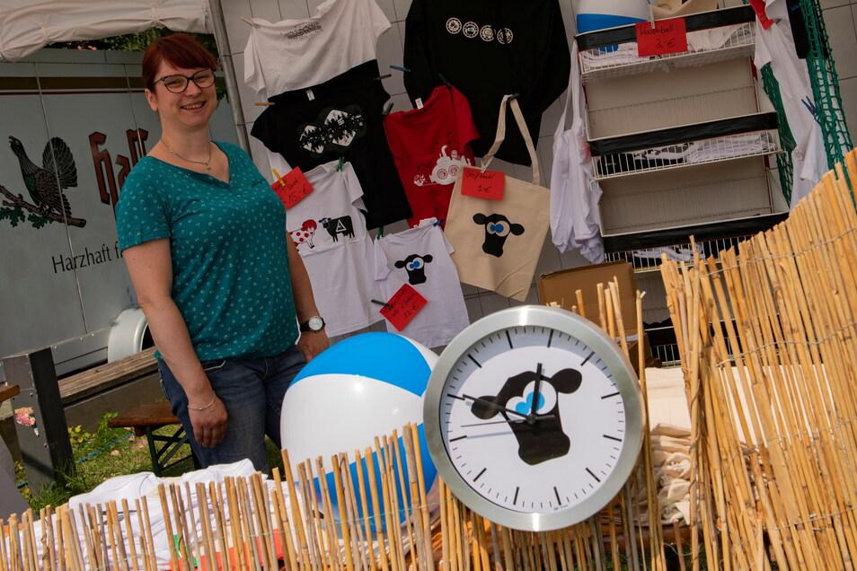 Christin Sauer aus Baselitz bietet Stroga-Festival-Produkte, unter anderem die Hackepetra-Uhr.