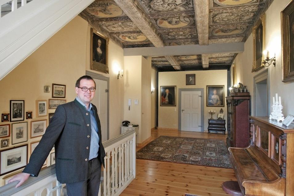 Denkmalschützer Dr. Matthias Donath im Herrenhaus Niederjahna, wo er mit seiner Frau Dr. Romy Petrick und den beiden Kindern lebt. Die Decken sind original, die Einrichtungsgegenstände nicht. Sie wurden nach und nach dazu gekauft.