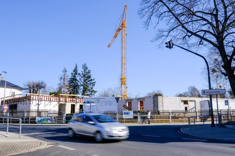 Der Bau des Schillerhorts geht weiter, auch wenn die Arbeiter zum Teil auf Materiallieferungen länger warten müssen.