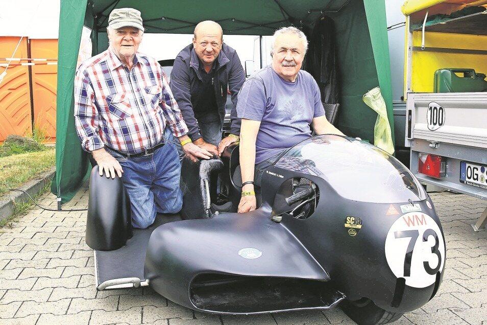 """Rolf Pöschel, hier mit Andreas Huber und Werner Schwärzel (v.l.), mit seiner Seitenwagenmaschine """"König"""", mit der er in seinem ersten WM-Jahr 1973 mit Beifahrer Karl-Heinz Kleis Vize-Weltmeister wurde."""