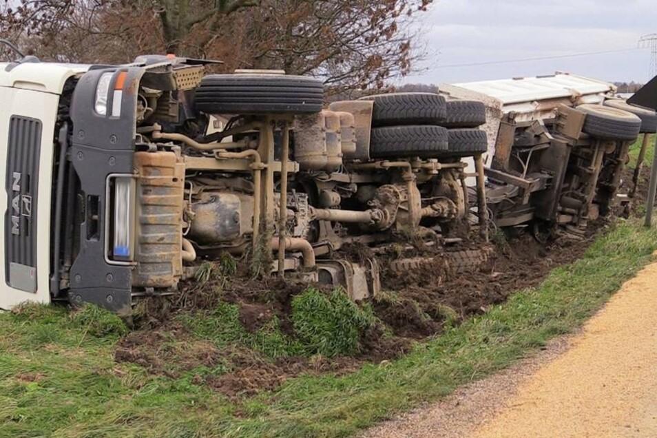 Die Bergung des verunglückten Lkw wird erst später erfolgen.