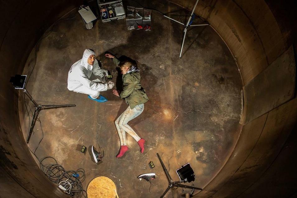 """Einer der ersten Szenen aus """"Kein Entkommen"""": Die Mitbewohnerin von Sandra ist tot in der alten Hefefabrik gefunden worden."""