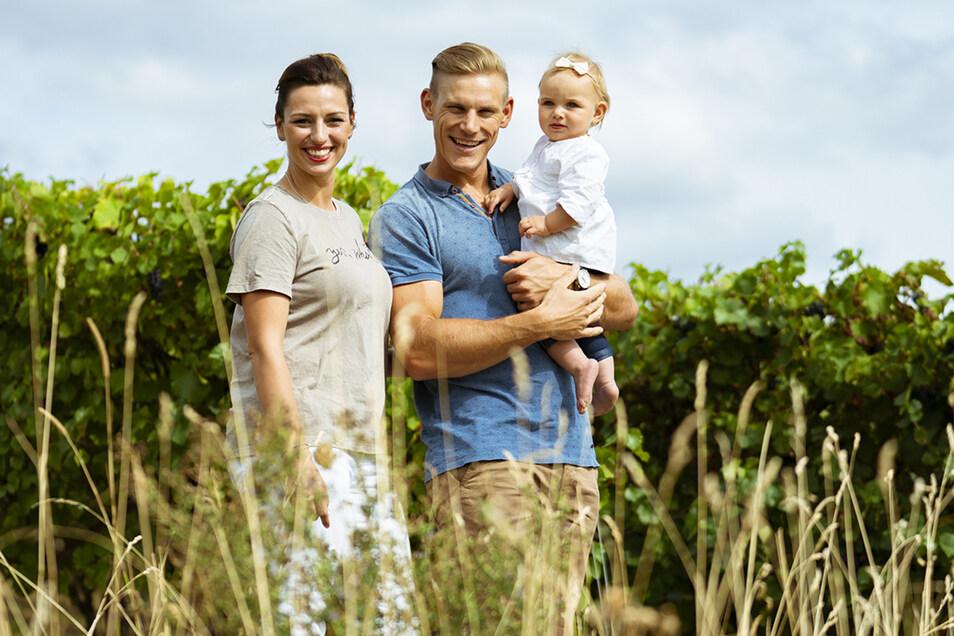 Drei glückliche Menschen. Karl Schulze mit seiner Partnerin Marie-Christin und Töchterchen Leni Marie. Ab September ist die Familie zu viert.