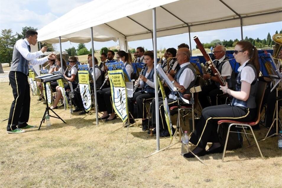 Matthew Lynch dirigiert das Orchester Lausitzer Braunkohle am Sonntagnachmittag während des diesjährigen Sommerkonzerts im Findlingspark Nochten.