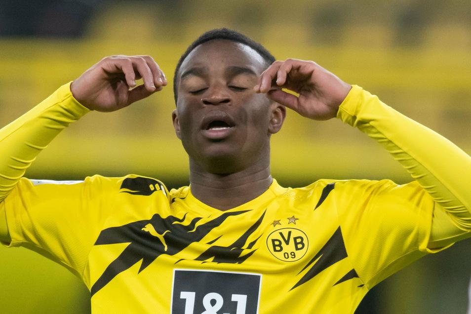 Ein Sinnbild des heutigen Spiels: Für Borussia Dortmund war es ein Tag zum Vergessen. Die Westfalen verlieren im Heimspiel gegen den VfB Stuttgart 1:5. Das ärgert nicht nur Dortmunds Toptalent Youssoufa Moukoko.