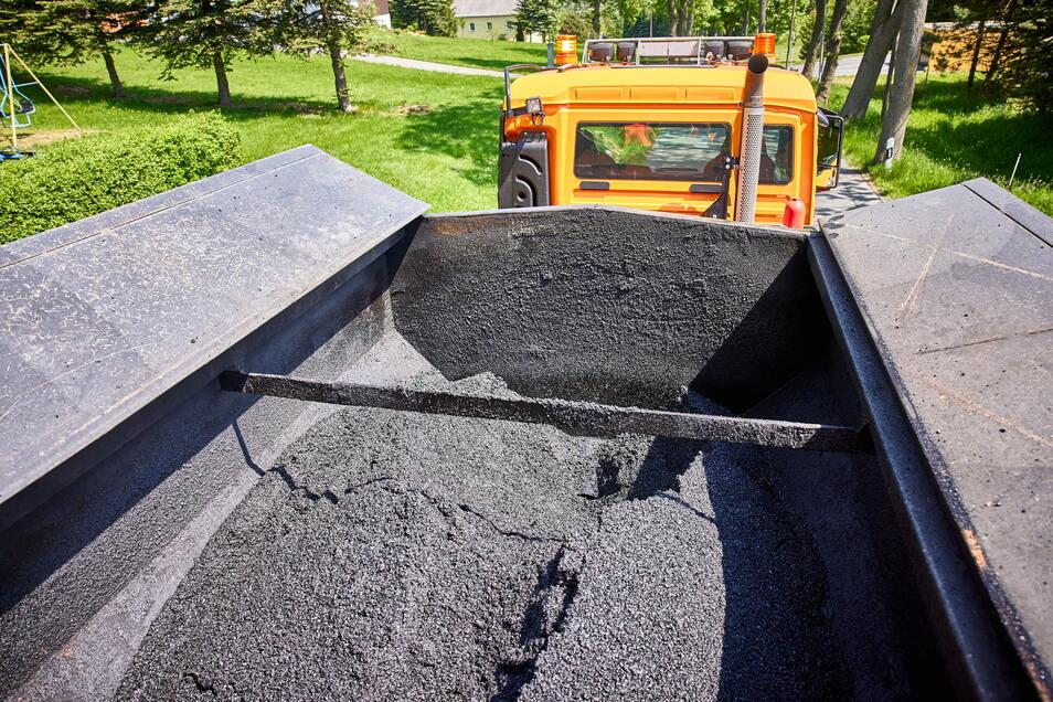 Der Stoff, aus dem die Flicken sind: Fünf bis sechs Tonnen heiße Asphaltmasse verarbeitet die Reparaturkolonne am Tag.