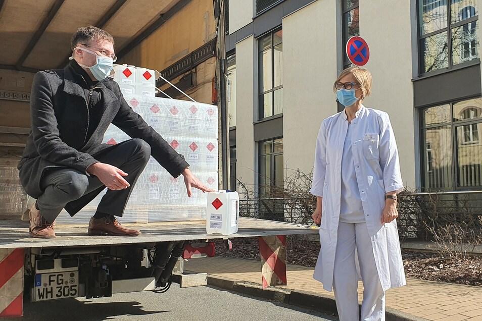 Kerstin Wolf vom Städtischen Klinikum nimmt am Donnerstag die Desinfektionsmittel-Spende von Dirk Jung von Arevipharma entgegen.