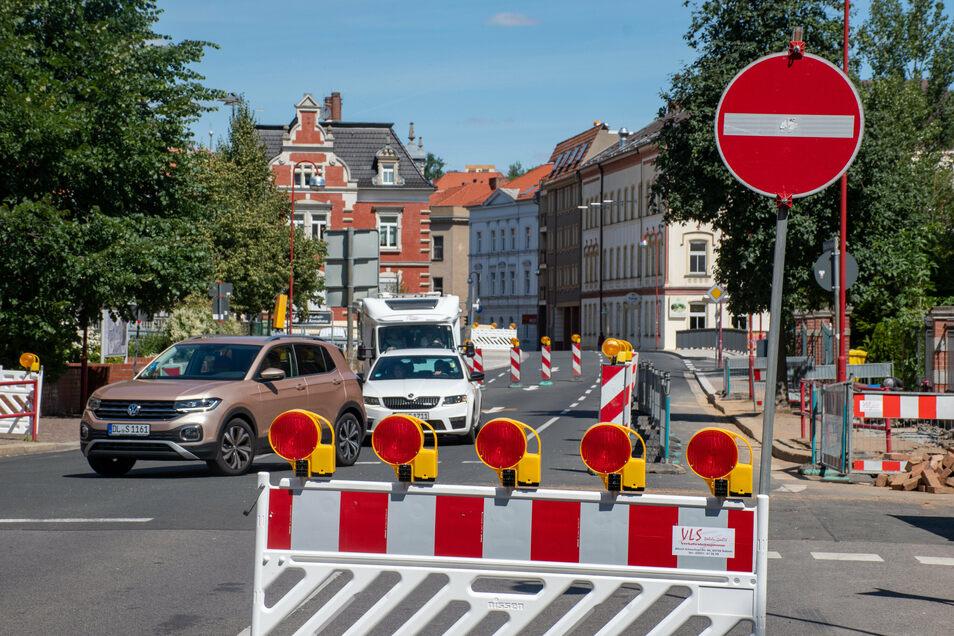 An der Kreuzung Schillerstraße/Straße des Friedens ist es eng geworden. Dort wird der Verkehr wechselseitig per Ampel an der Baustelle vorbeigeleitet.