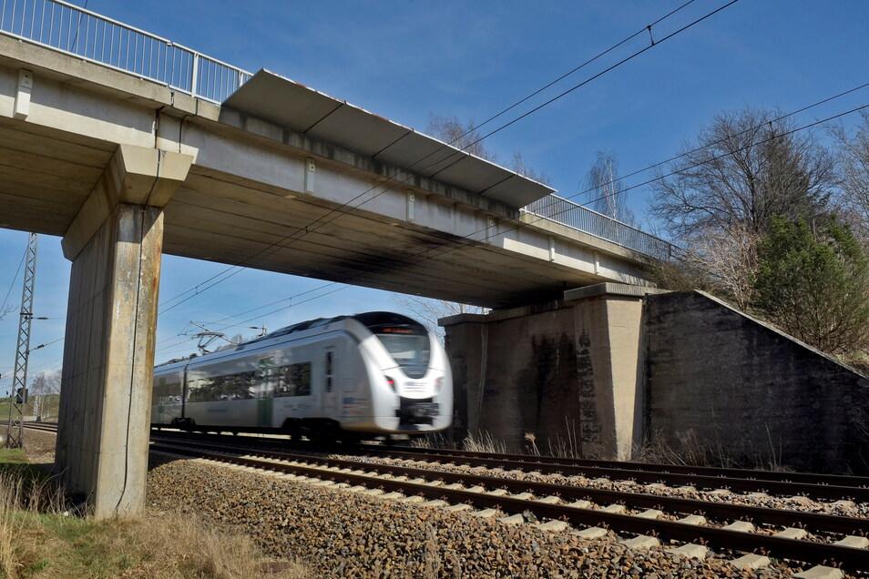 Die Brücke über die Eisenbahnlinie in Gärtitz ist noch gar nicht so alt. Sie war erst Ende der 1980er-Jahre im Zuge der Elektrifizierung der Bahnstrecke neu errichtet worden. Jetzt ist sie ein Abrisskandidat.