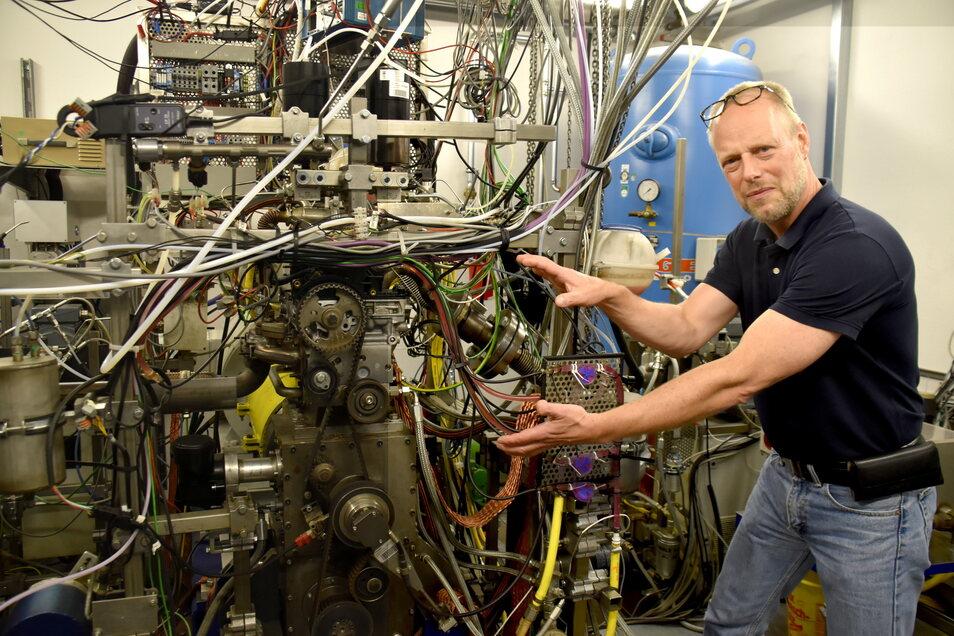 Im Labor an der TU Dresden prüft Frank Atzler mit seinem Team Kraftstoffe am großen Verbrennungsmotor. Ein neues Projekt rückt Methanol in den Fokus.