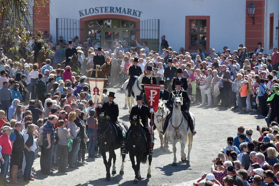 68 Reiter nahmen vor zwei Jahren beim Osterreiten in Ostritz teil. Selbst, wenn es stattfinden kann, so dicht gedrängt, wie hier 2019 auf dem Klosterhof werden die Menschen sich diesmal die Prozession nicht ansehen können.