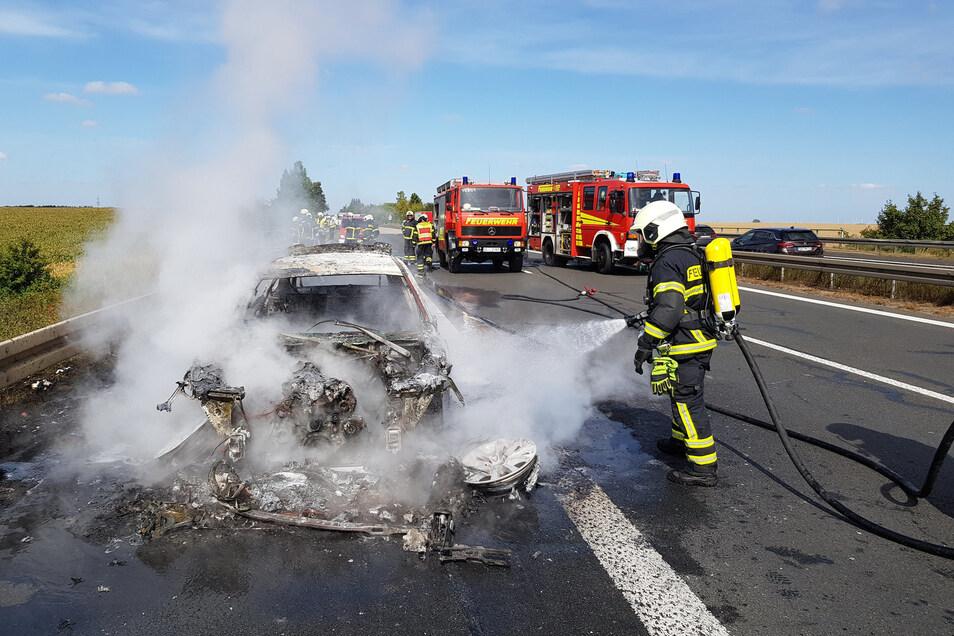 Die Döbelner Feuerwehr löschte den brennenden Pkw.
