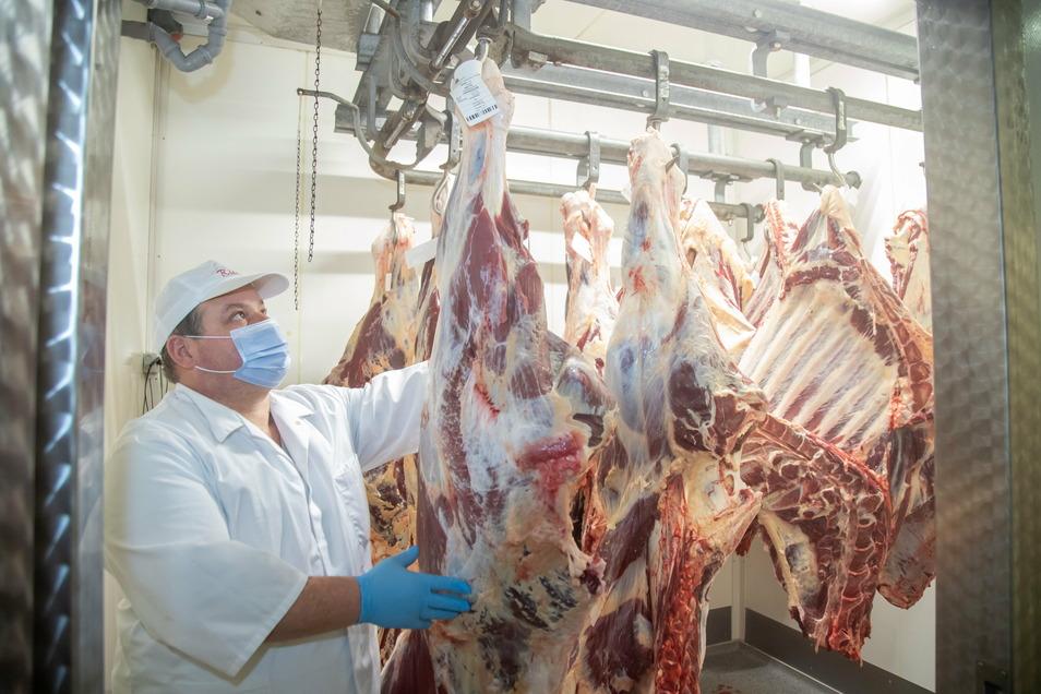 Torsten Fiebig steht im zweiten Kühlraum. Dort warten die Rinderhälften auf ihre Verarbeitung.