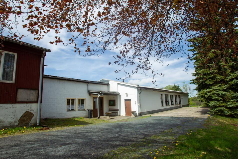 Von außen und auf den ersten Blick nicht sehr einladend, von innen noch weniger: die Kulturhalle Oelsen.